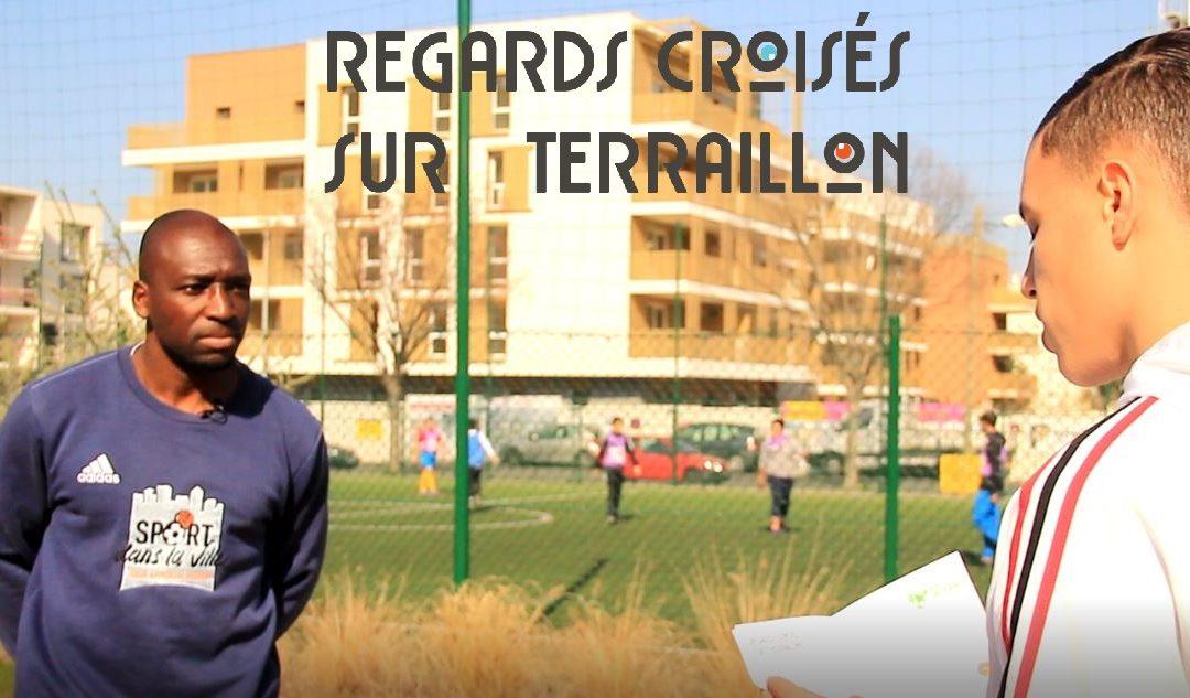 """Walid, jeune habitant de Bron Terraillon, interviewe Fabrice, éducateur """"sport dans la ville""""."""