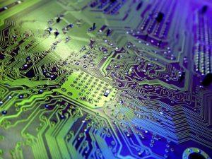 Un circuit imprimé: la course à la performance pousse à leur miniaturisation extrême... compliquant du même coup toute tentative de réparation.